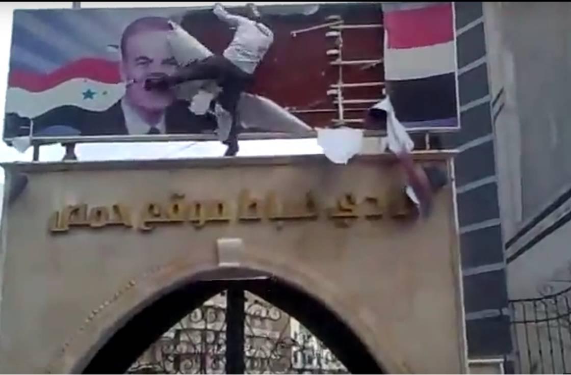 Zerstörung von Assads Konterfei bei einer Demonstration