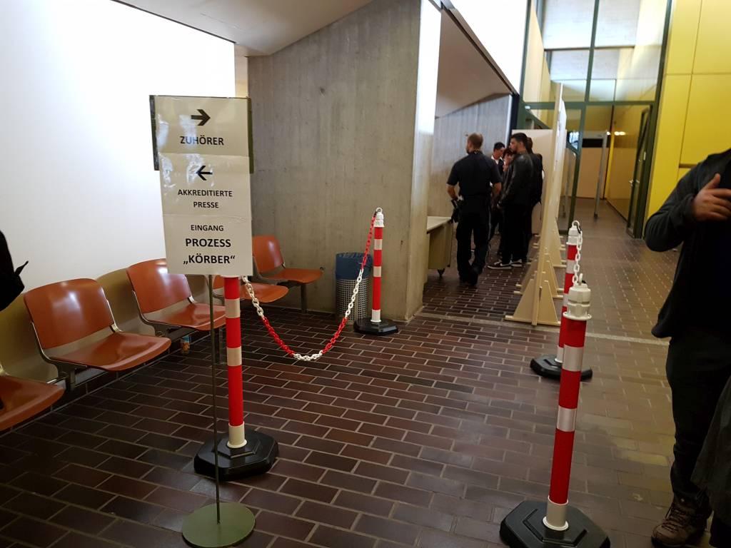 Zugang zum Verhandlungssaal